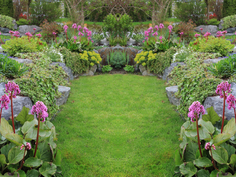 Półkolisty ogród skalny otacza ogrodowy wgłębnik.