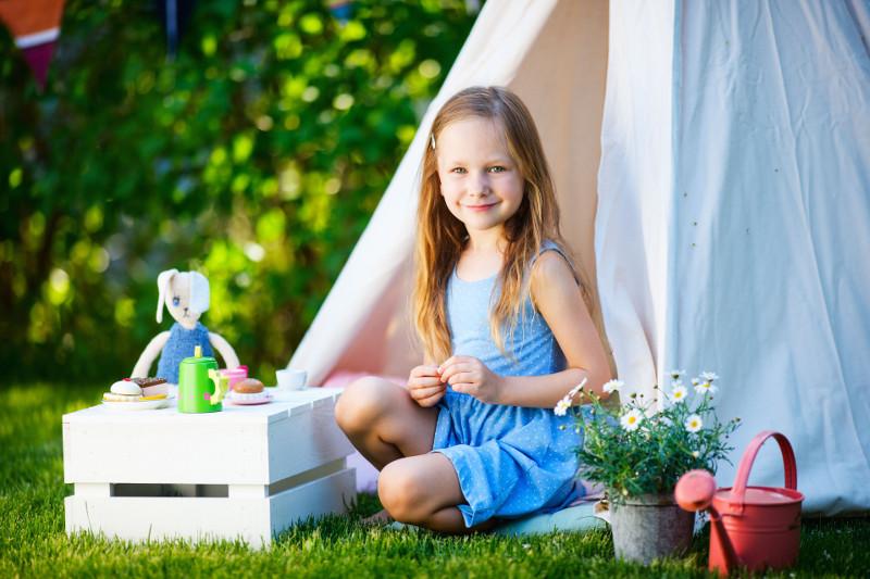 Namiot z żaglowego płótna ze skrzynką w roli stolika dla każdego, kto chce ukryć się przed słońcem.