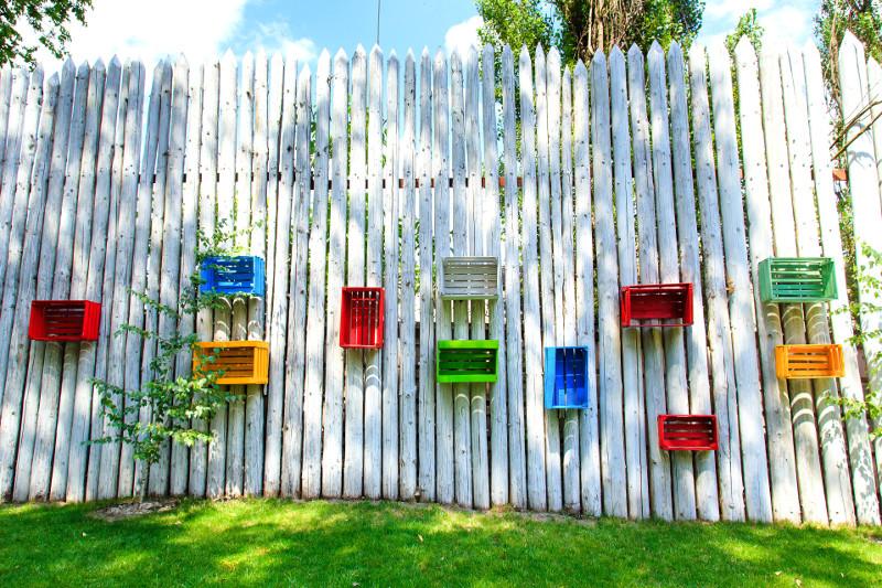 Kolorowe skrzynki przez cały rok rozweselą nawet ciemny zakątek ogrodu. Wiosną i latem mogą stać się półkami na rośliny jednoroczne lub na inne drobiazgi.