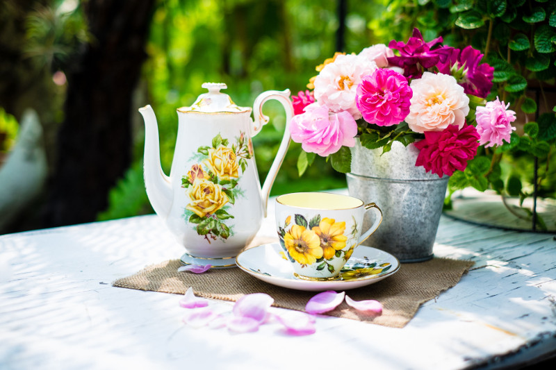Wiosenna herbatka dla dwojga przy małym stoliku nie wymaga wiele. Wystarczy elegancka porcelana i bukiet kwiatów.