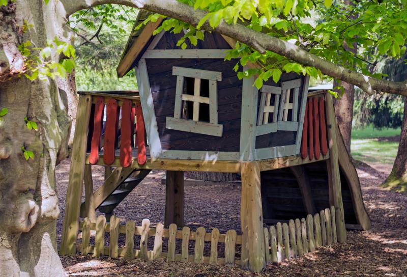 Dla najmłodszych kolorowy domek z uroczymi, krzywymi oknami. Zupełnie, jak z bajki.