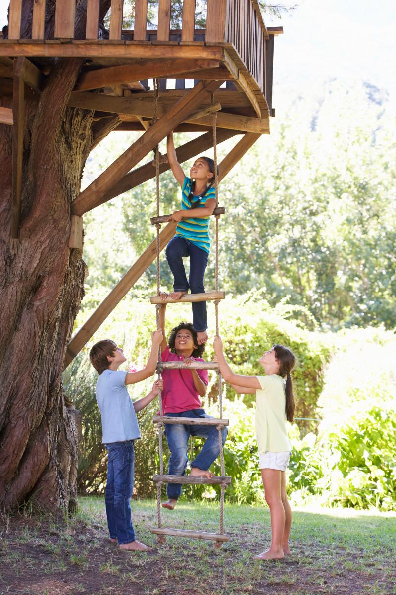 Wejście do domku na drzewie najlepsze po sznurowej drabince.