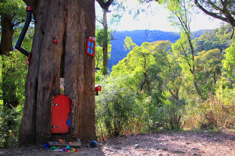 Spora dziupla w drzewie to idealne miejsce dla przedszkolaków. Wystarczy zamontować drzwiczki oraz atrapę komina i okien.