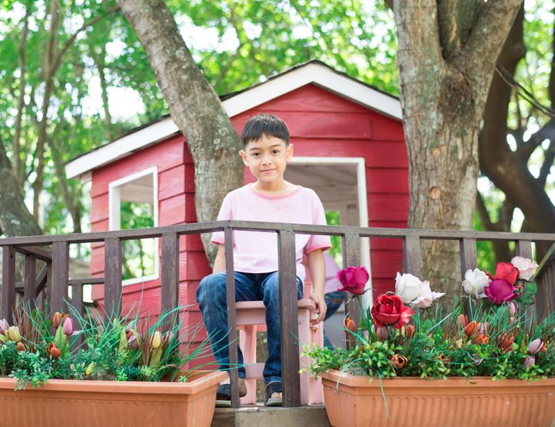 Kwiaty w skrzynkach? czemu nie! Lepiej pomysleć o sztucznych, bo w trakcie zabawy o podlewaniu dzieci mogą zapomnieć.