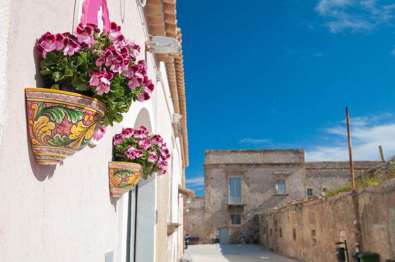 Wiszące pojemniki na kwiaty z Sycylii.