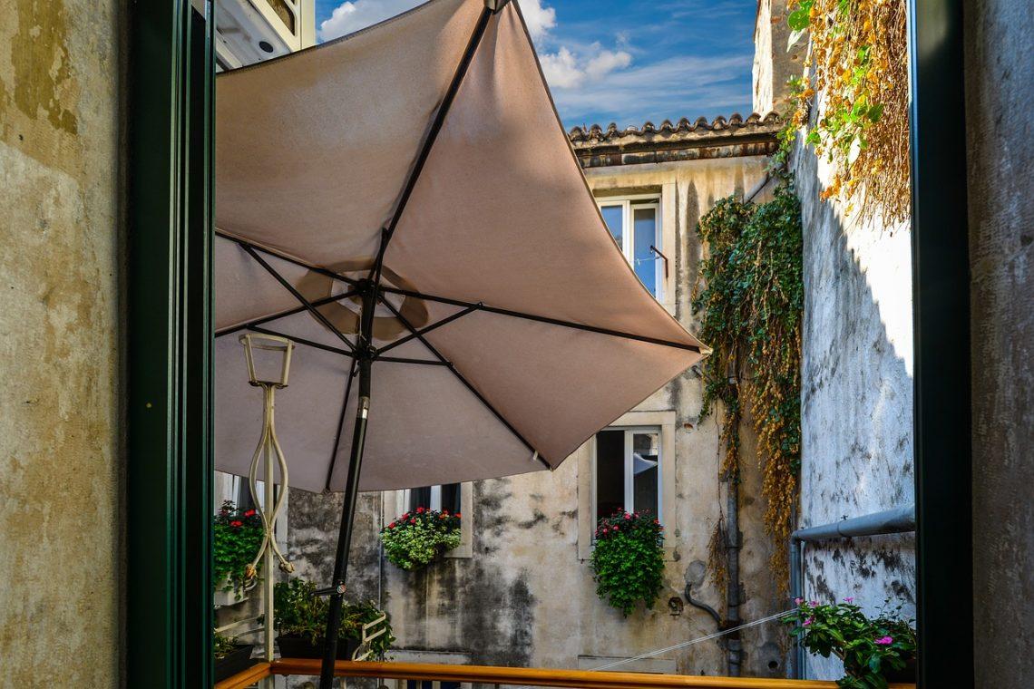 Rodzaje parasoli ogrodowych. Jak wybrać wytrzymały parasol do ogrodu?
